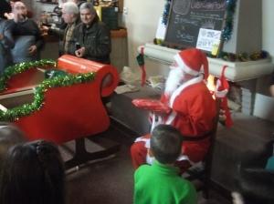 Papá Noel reparte regalos